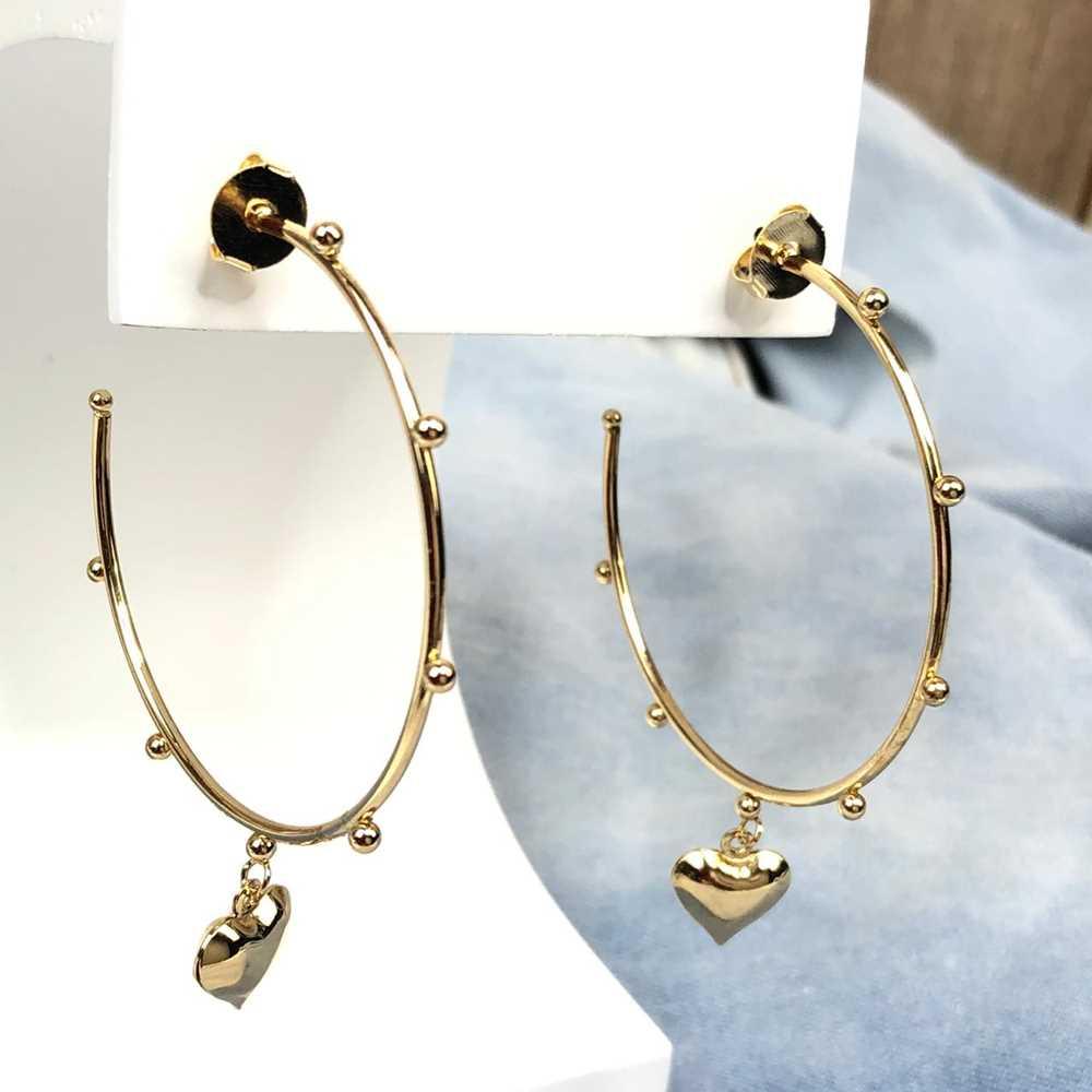 Brinco de argola dourada com esferinhas e pêndulo de coração