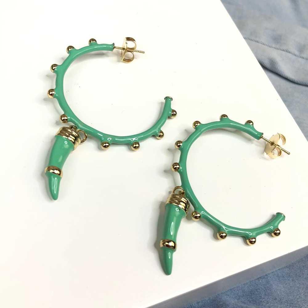 Brinco de argola esmaltada verde com esferinhas pêndulo dente de tigre/sabre