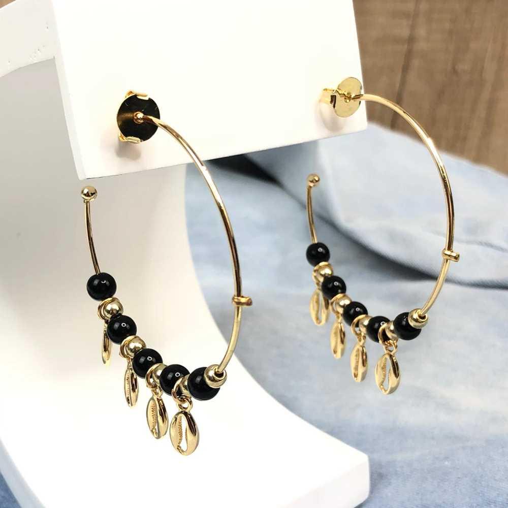 Brinco de argola dourada com miçanguinhas preta e pingentes de búzios