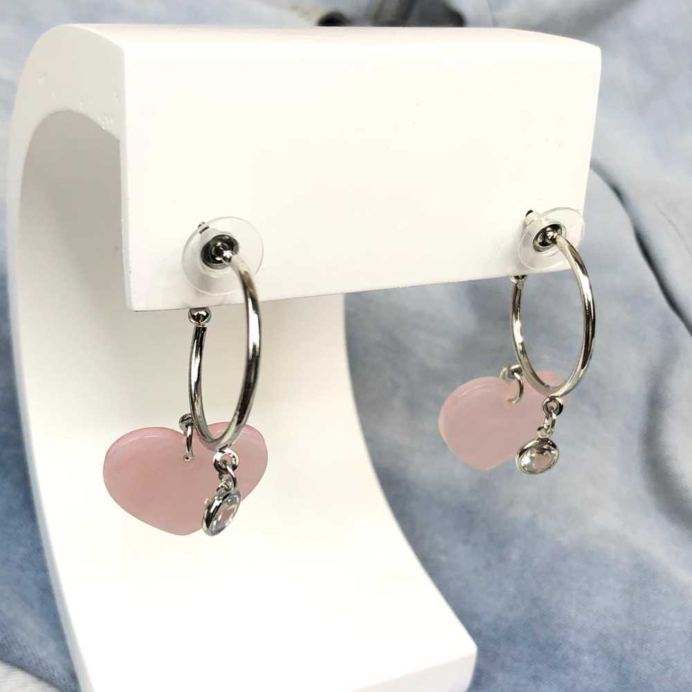 Brinco de argola prata com pêndulo coração rosa em acrílico e ponto de luz