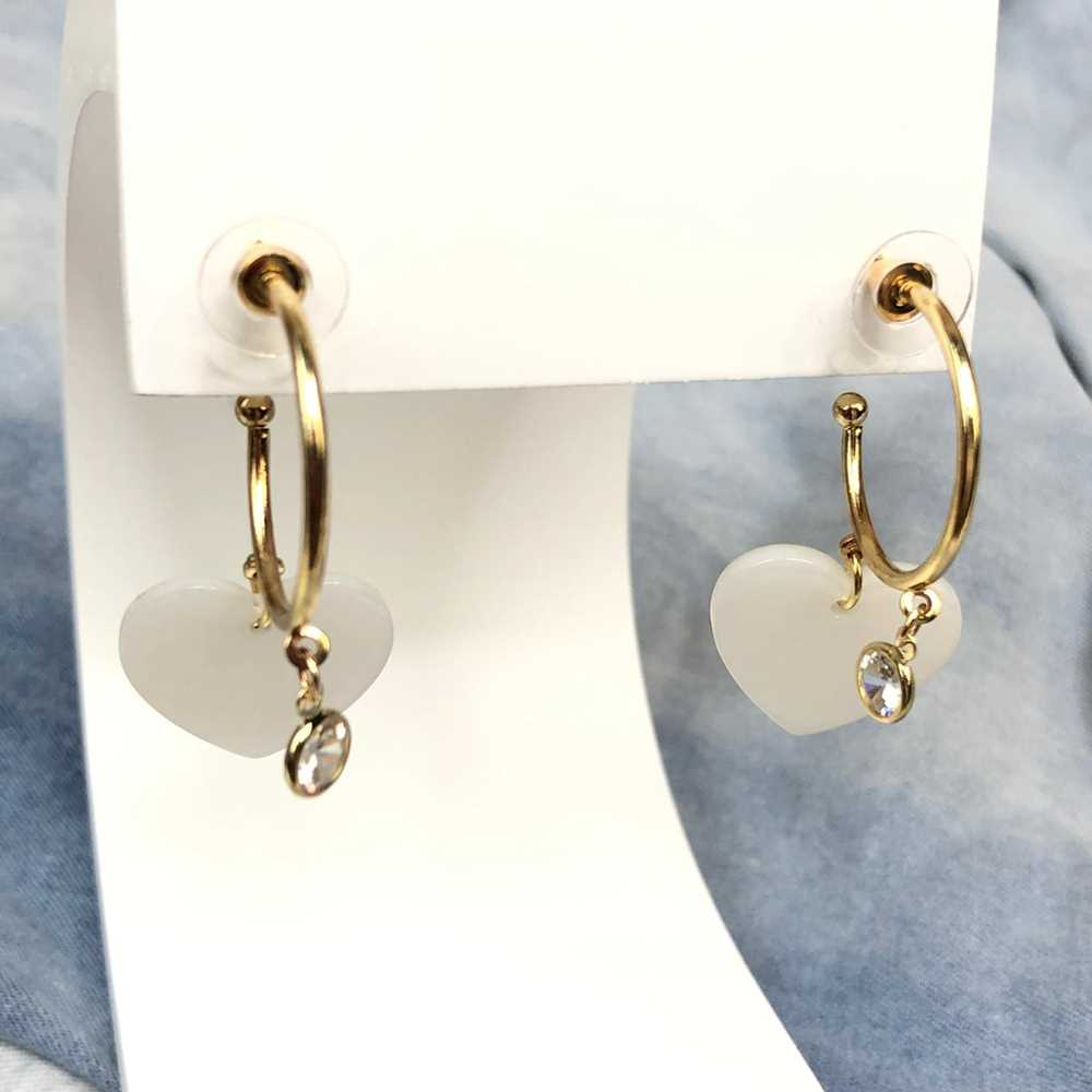 Brinco de argola dourada com pêndulo coração leitoso em acrílico e ponto de luz
