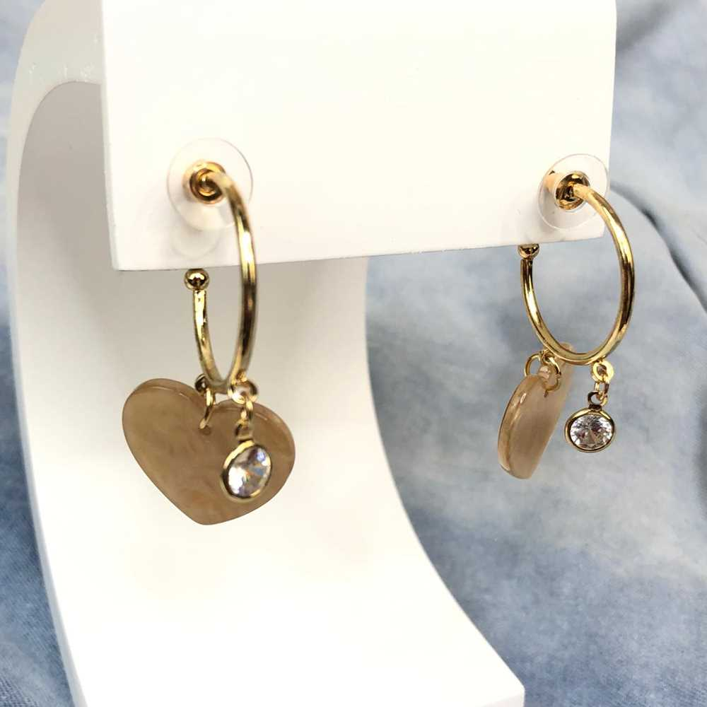 Brinco de argola dourada com pêndulo coração coffe em acrílico e ponto de luz