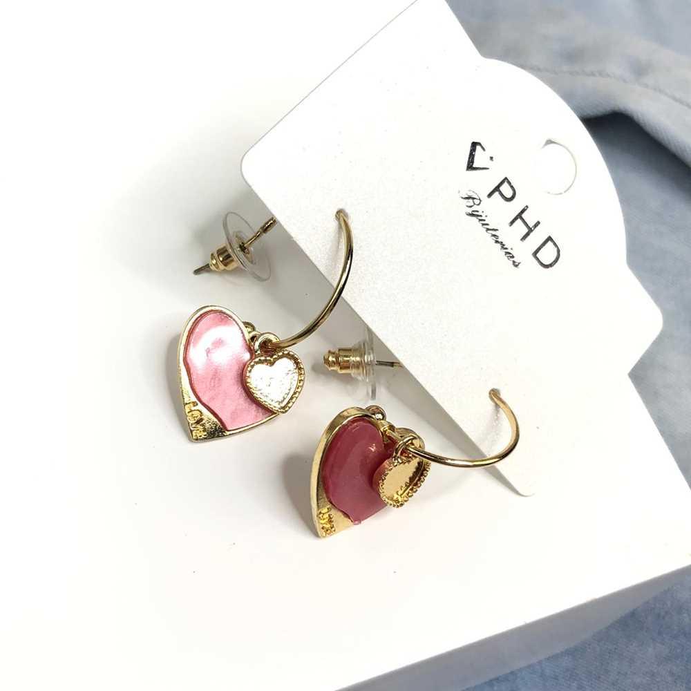 Brinco de argola dourada com pêndulo de coração acrilico rosa