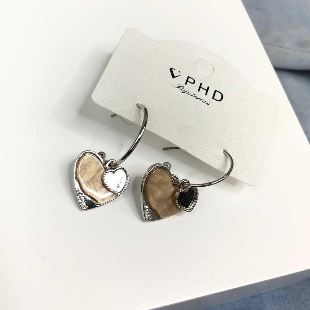 Brinco de argola prata com pêndulo de coração acrilico coffe