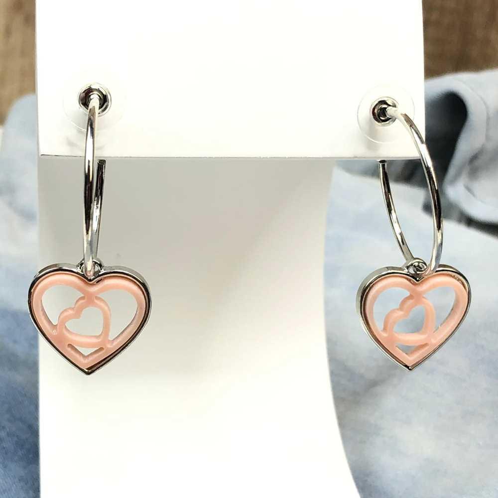 Brinco de argola prata com pêndulo de coração em acrilico vazado rosa