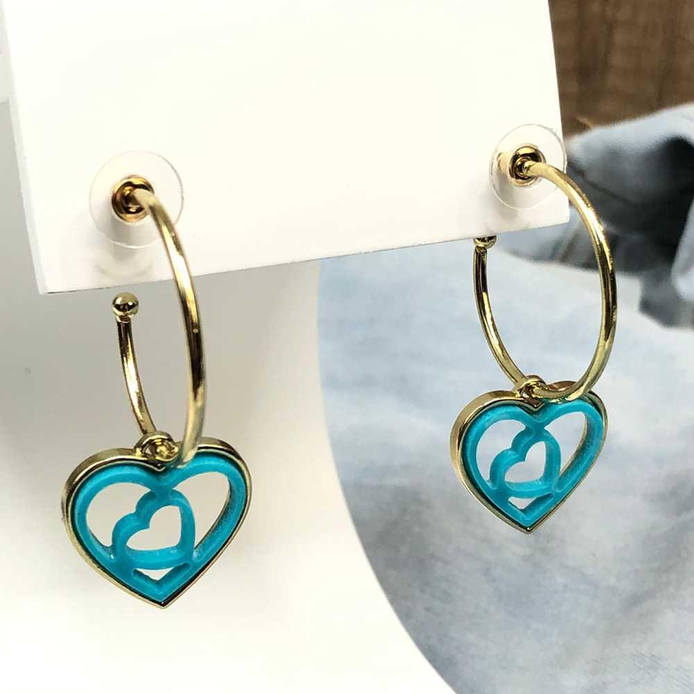 Brinco de argola dourada com pêndulo de coração em acrilico vazado azul