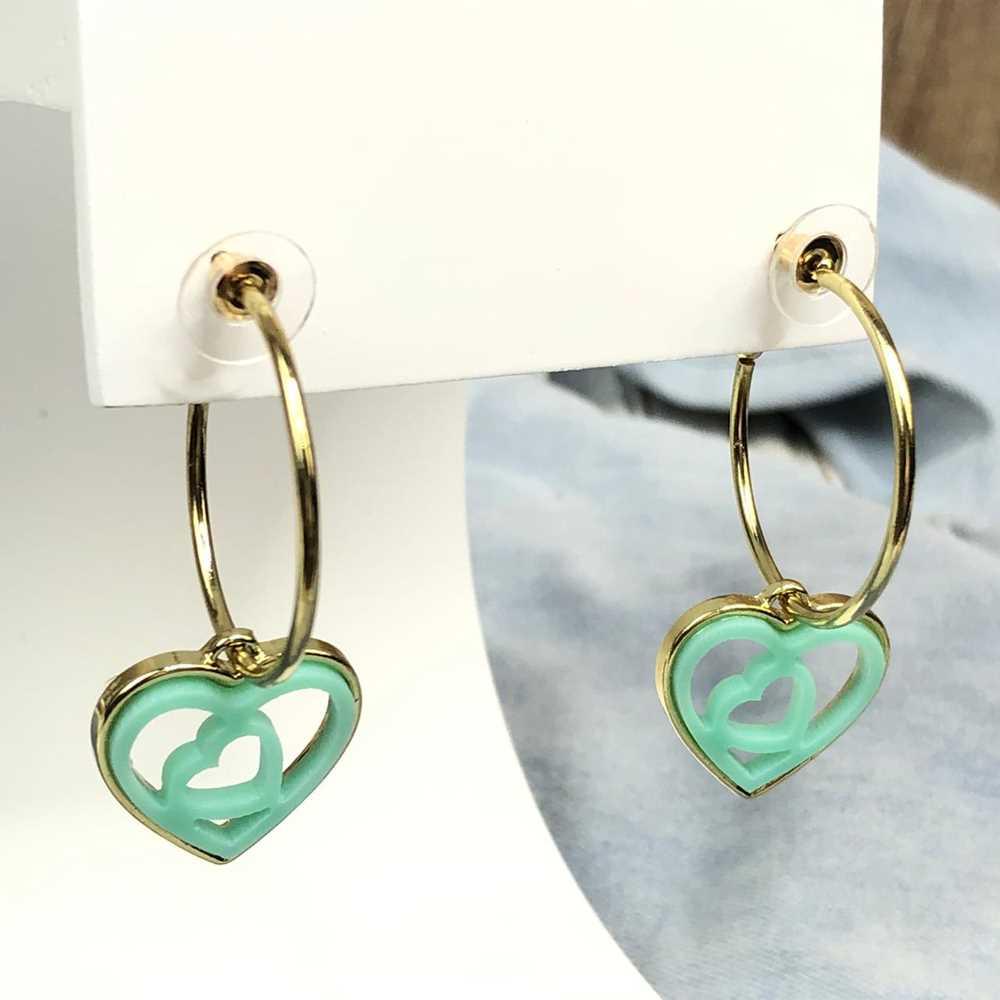 Brinco de argola dourada com pêndulo de coração em acrilico vazado verde