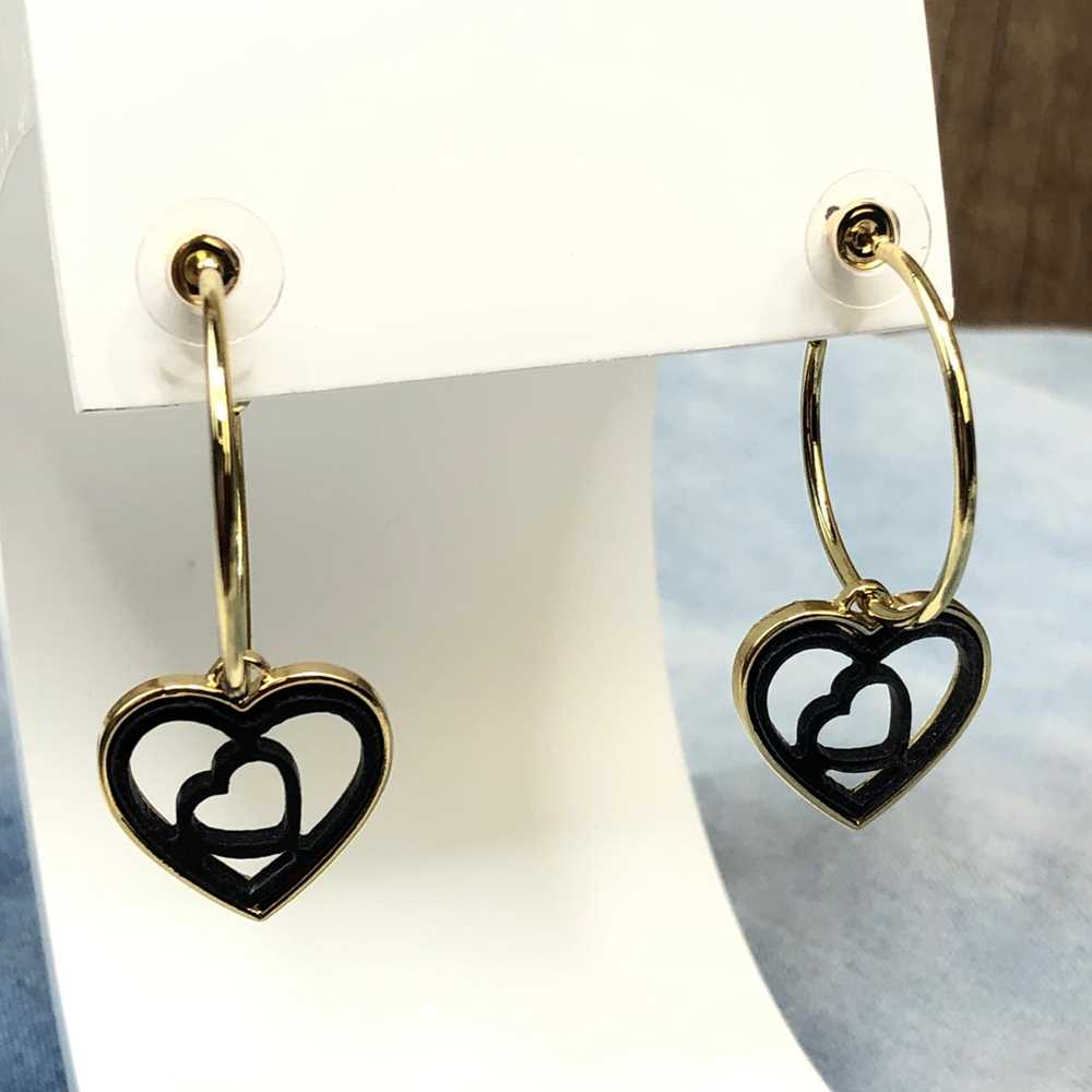 Brinco de argola dourada com pêndulo de coração em acrilico vazado preto