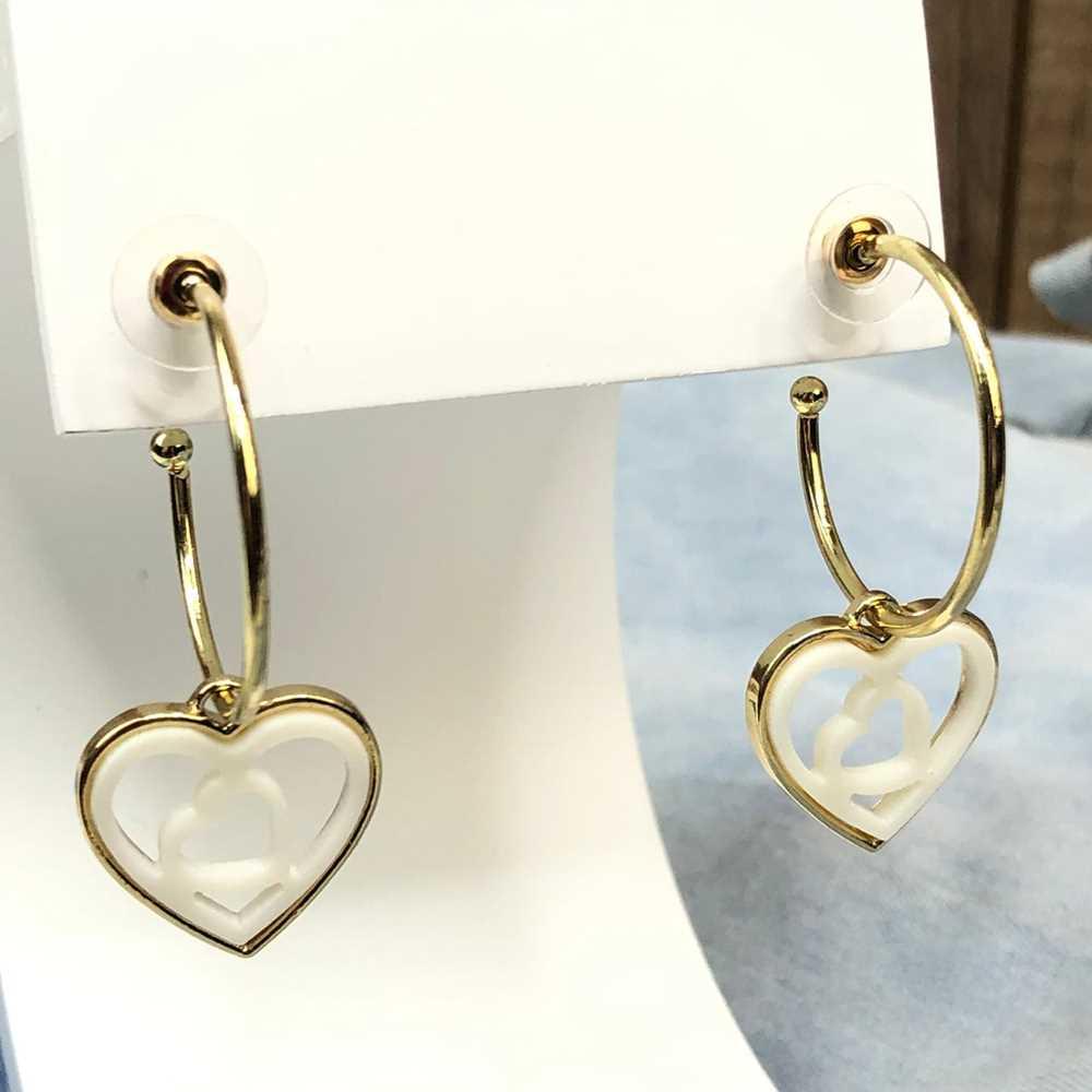 Brinco de argola dourada com pêndulo de coração em acrilico vazado branco