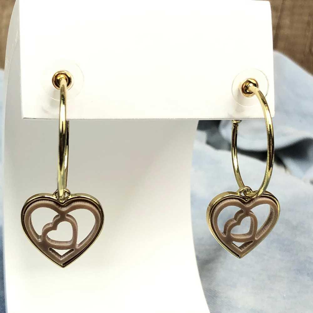 Brinco de argola dourada com pêndulo de coração em acrilico vazado marrom