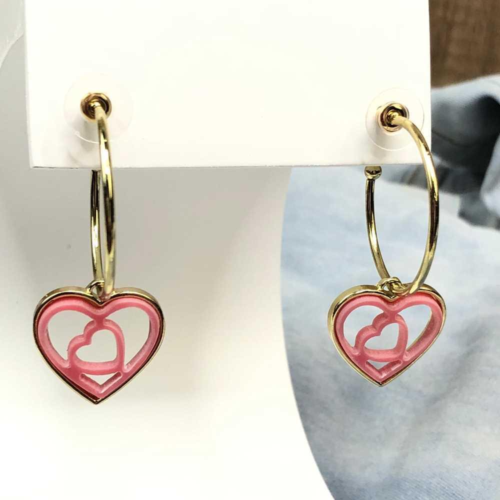 Brinco de argola dourada com pêndulo de coração em acrilico vazado rosa
