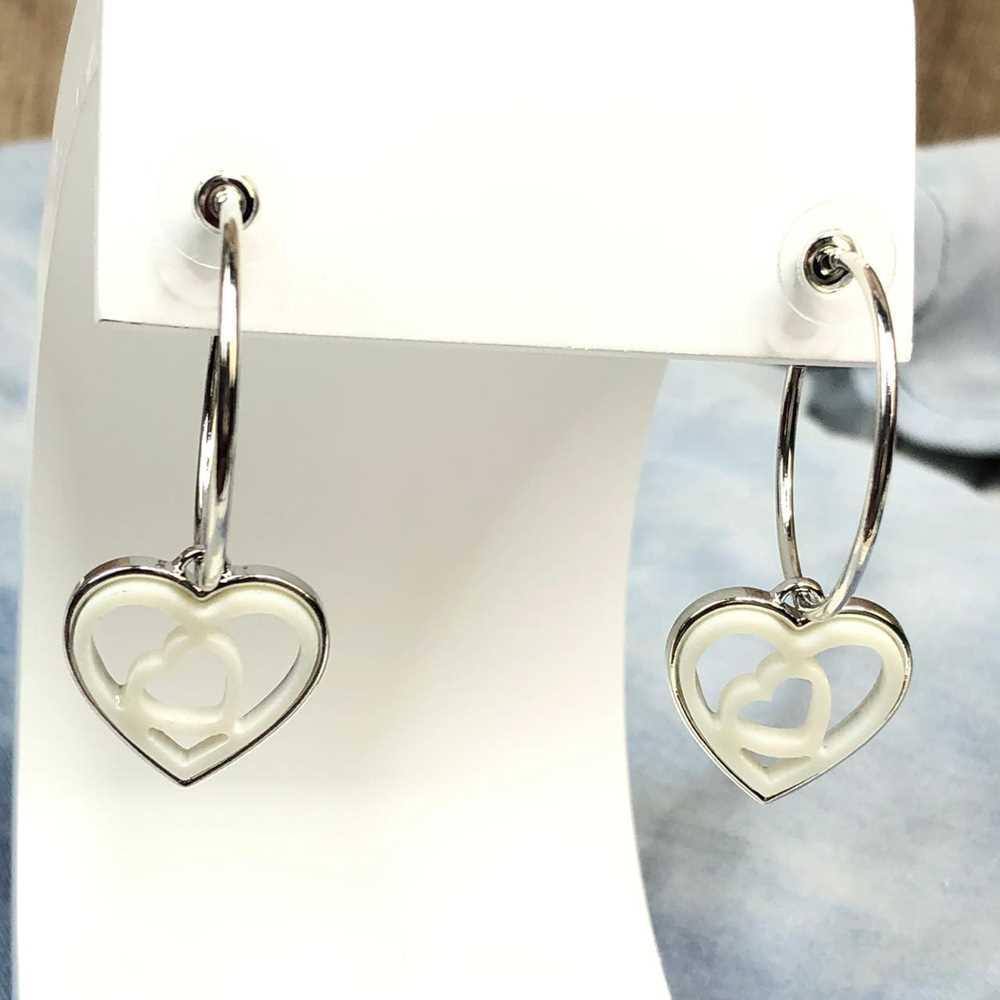 Brinco de argola prata com pêndulo de coração em acrilico vazado branco