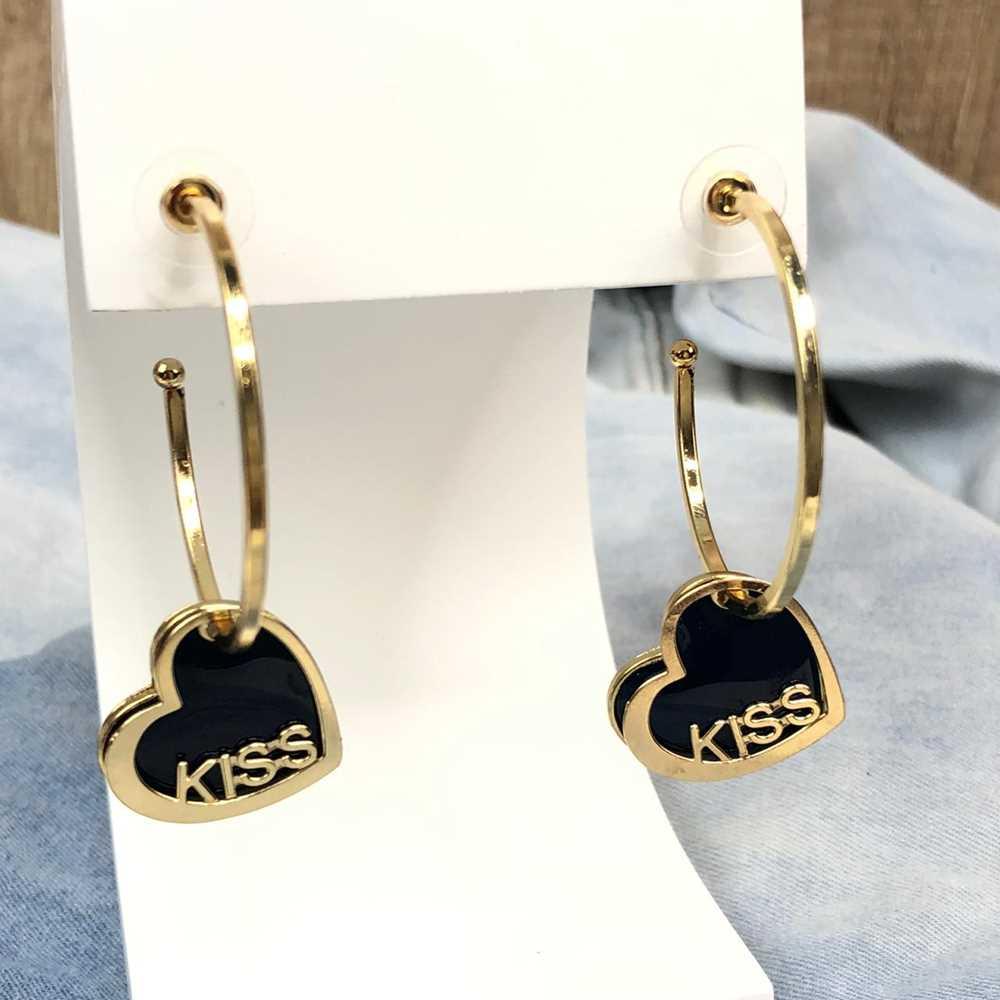 Brinco de argola dourada com pêndulo de coração esmaltado preto plaquinha kiss