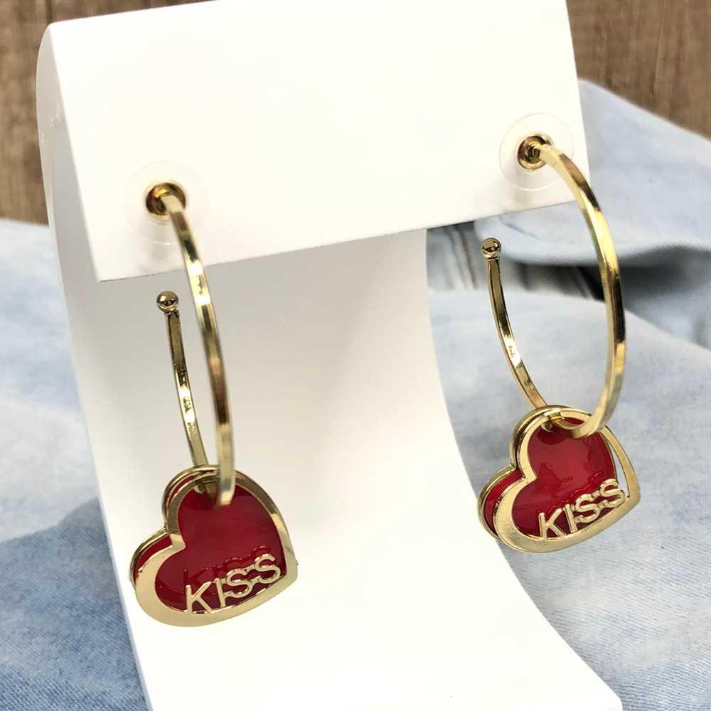 Brinco de argola dourada com pêndulo de coração esmaltado vermelho plaquinha kiss