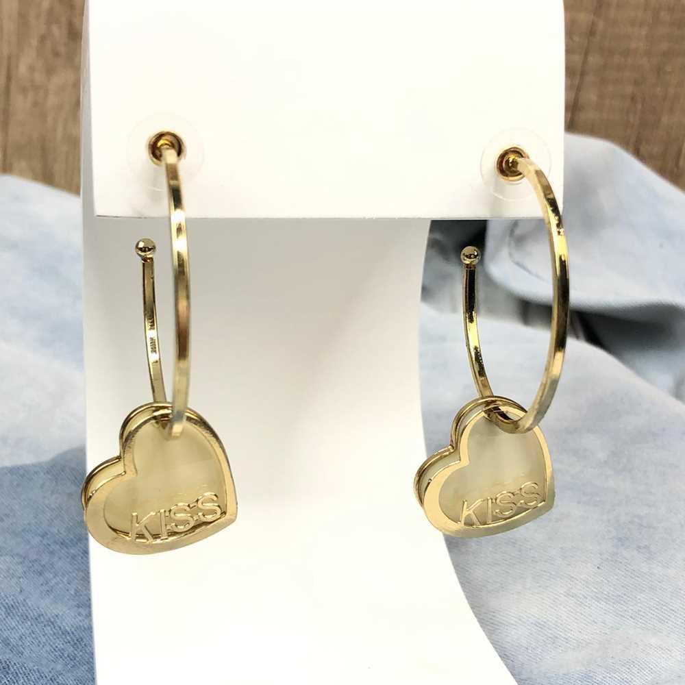 Brinco de argola dourada com pêndulo de coração esmaltado creme plaquinha kiss