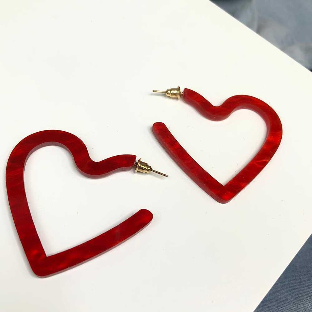Brinco de argola coração em acrílico vermelho mesclado