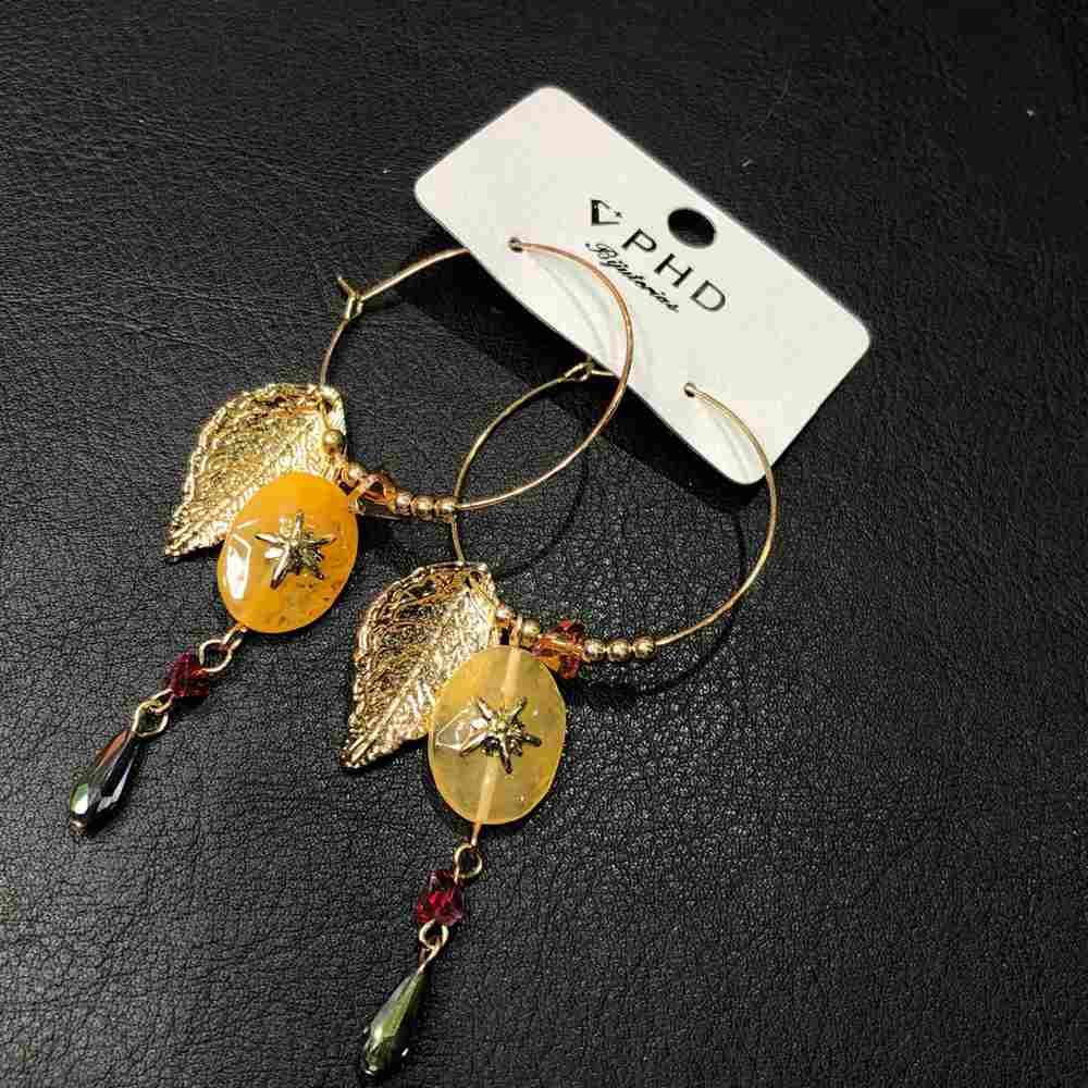 Brinco de argola dourado pêndulos de folha, micangas e pedra mesclada bege estrelinha