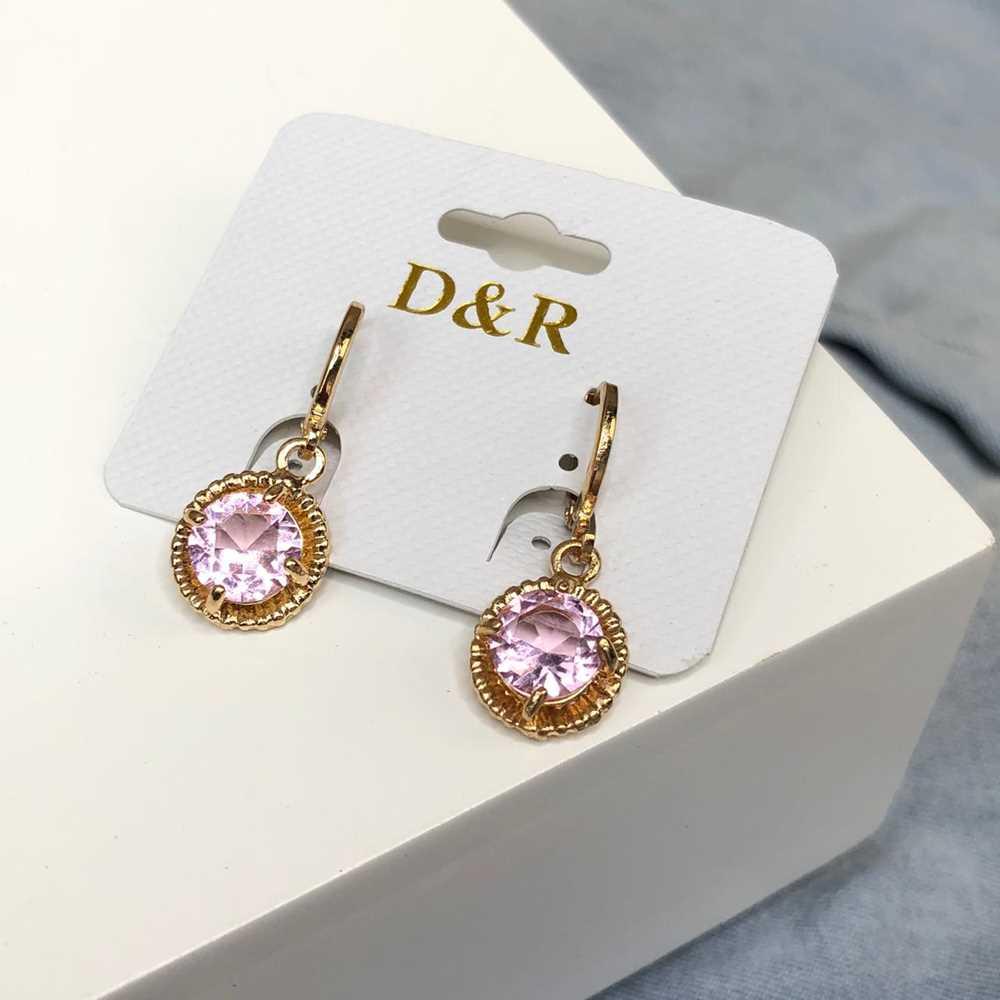 Brinco de argolinha dourada bolinha pedra rosa