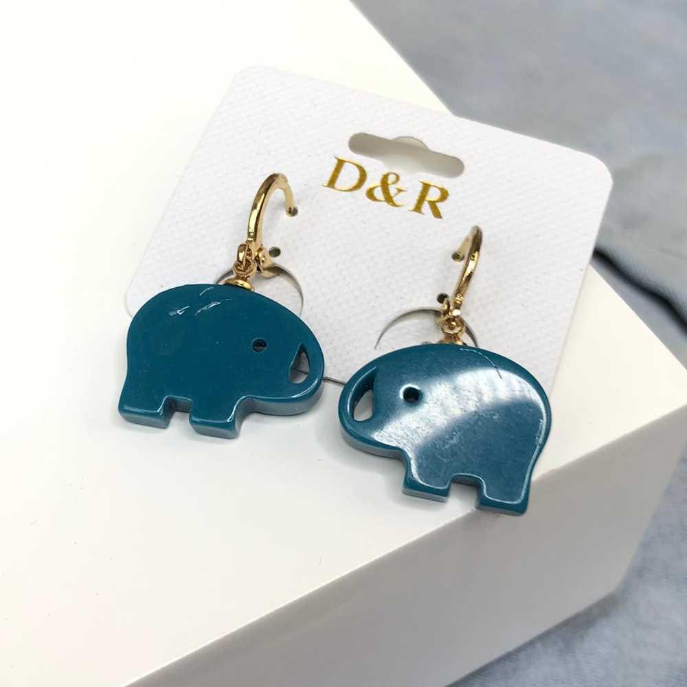 Brinco de argolinha dourada com pêndulo acrílico elefante azul marinho