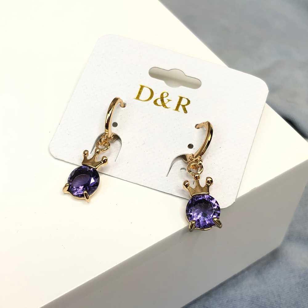 Brinco de argolinha dourada coroa pedra púrpura