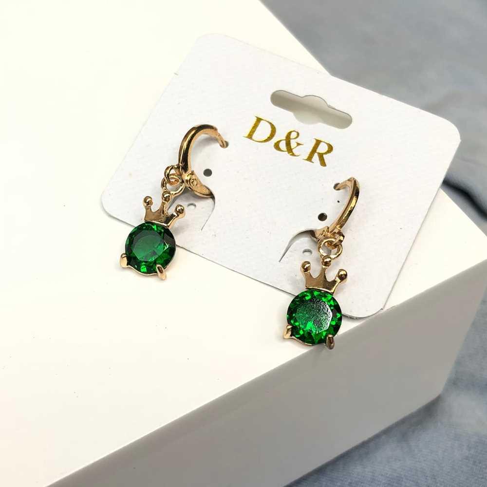 Brinco de argolinha dourada coroa pedra verde escuro