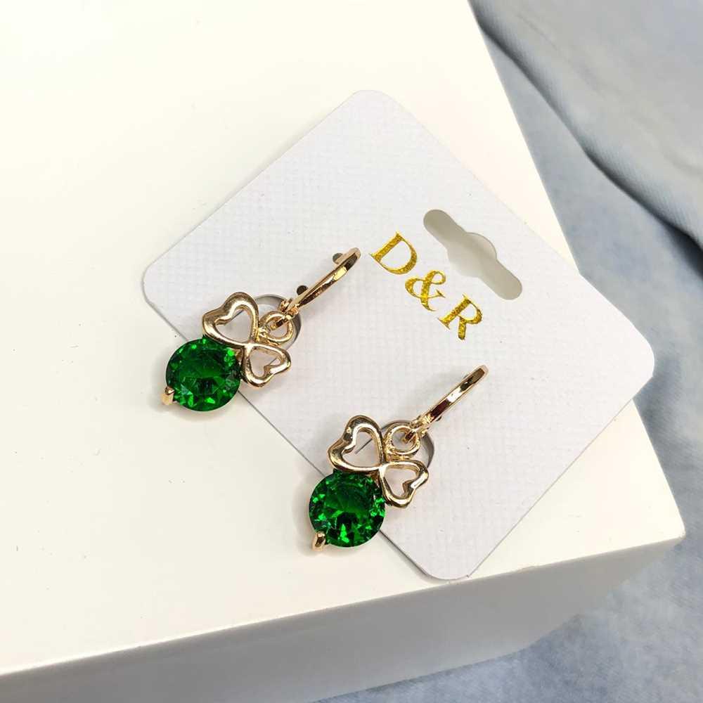 Brinco de argolinha dourada lacinho com pedra verde