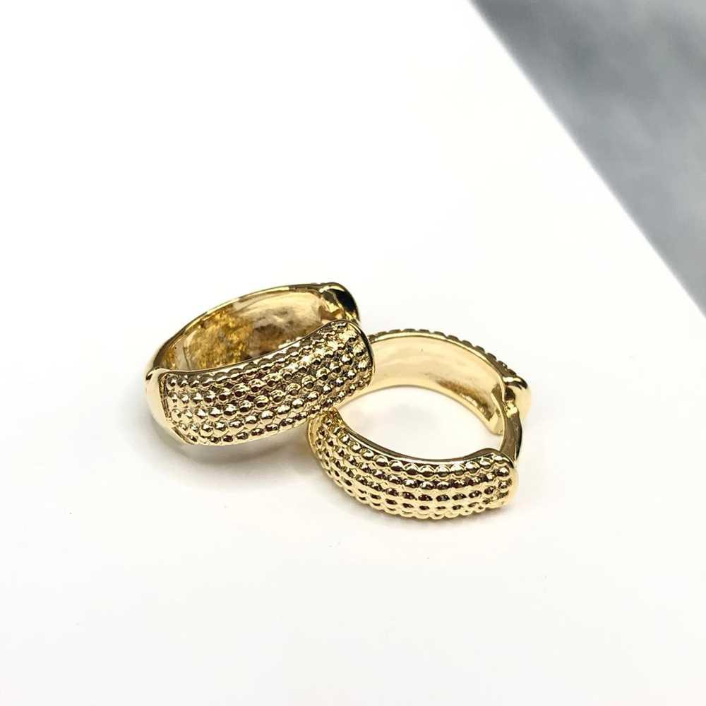 Brinco de argolinha dourada estilo cravejada Tam M fecho click semijoia