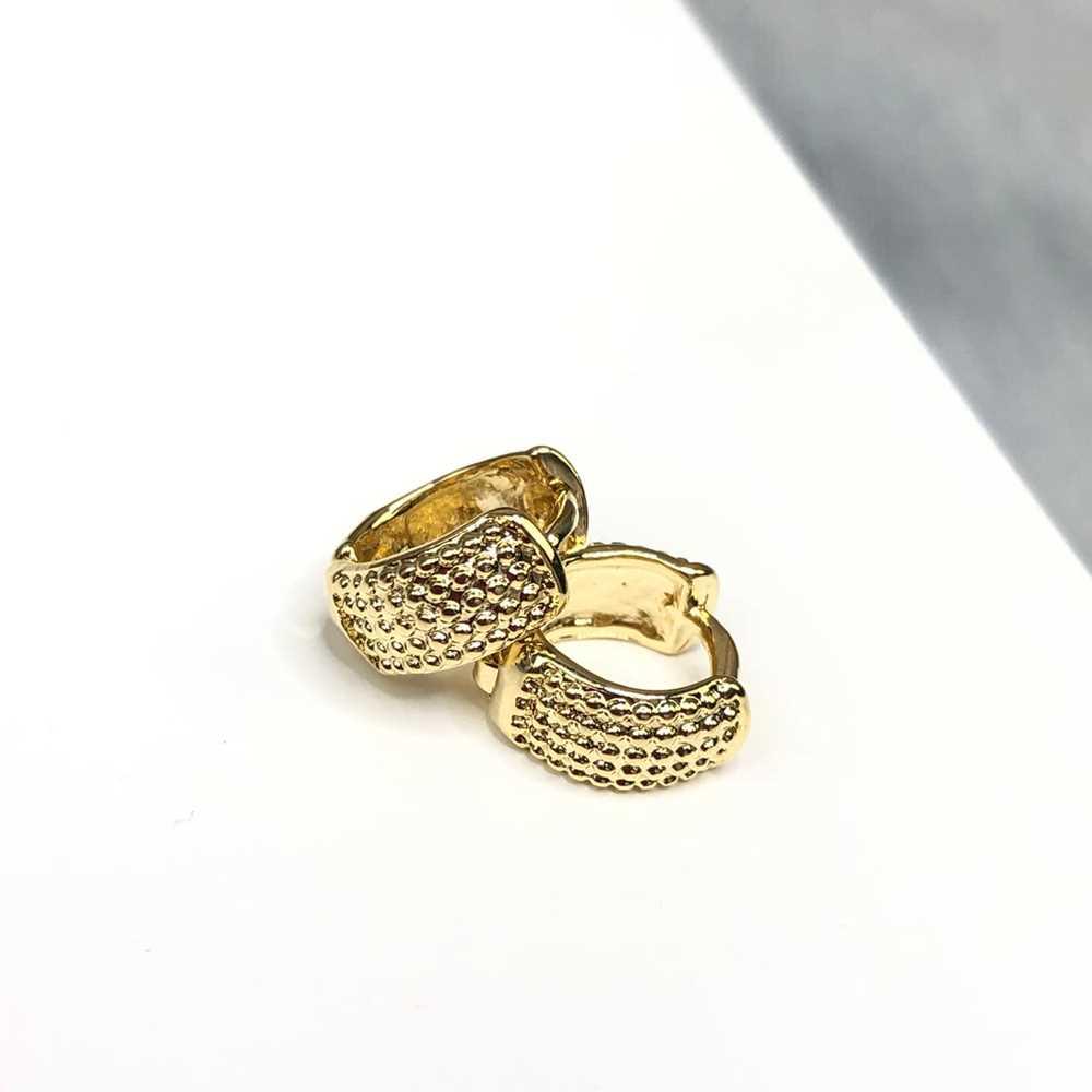 Brinco de argolinha dourada estilo cravejada Tam P fecho click semijoia