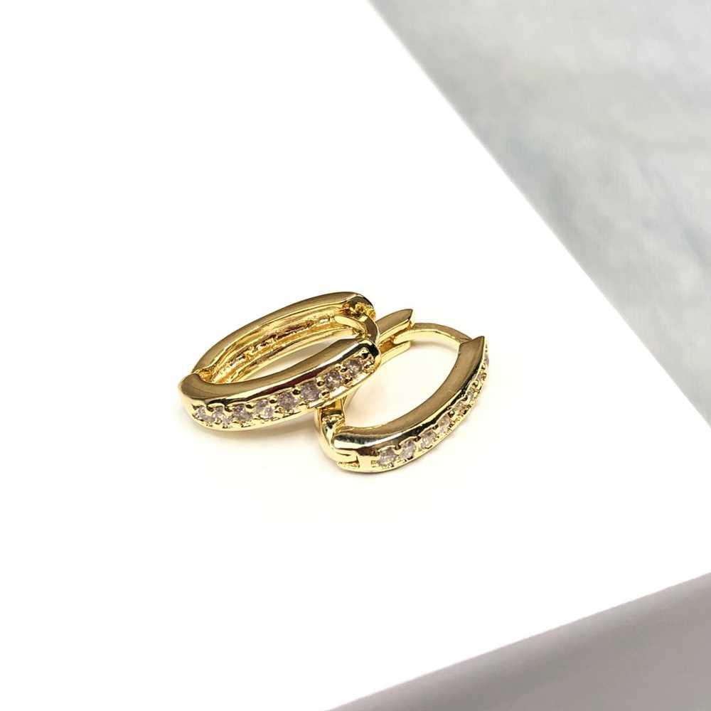 Brinco de argolinha dourada oval cravejada com microzircônias Tam M fecho click semijoia