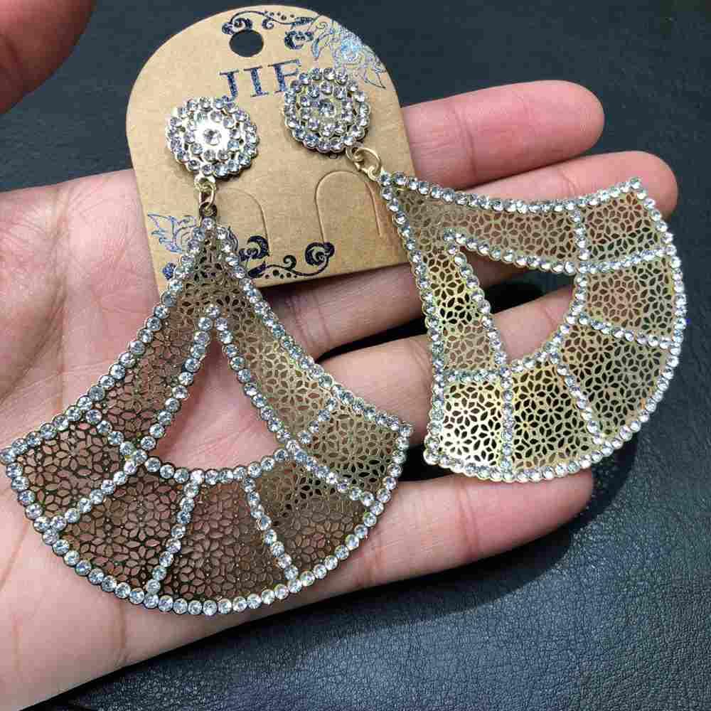 Brinco de festa dourado bordado super leve triangulado strass prata