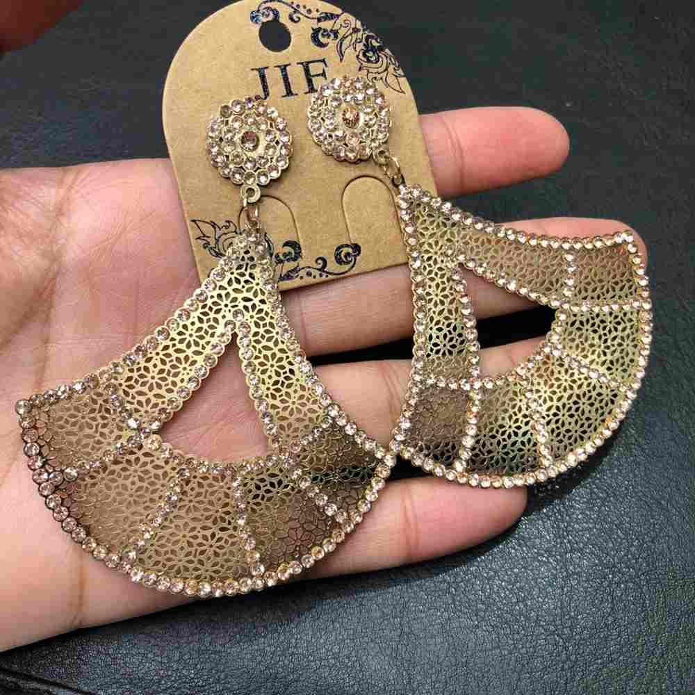 Brinco de festa dourado bordado super leve triangulado strass rose