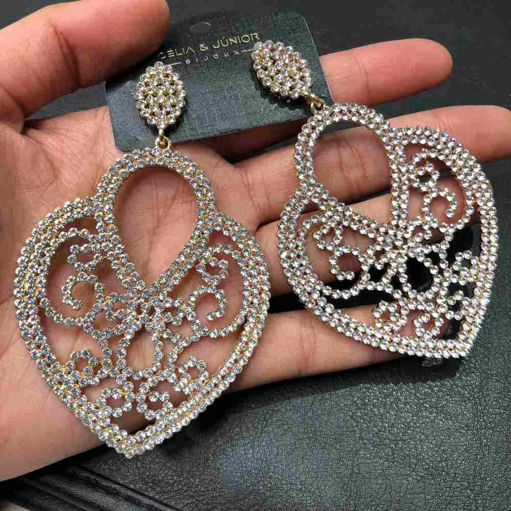 Brinco de festa dourado estilo coração pedrarias strass prata