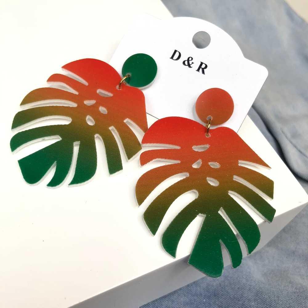 Brinco em acrílico costela de adão tie dye vermelho e verde