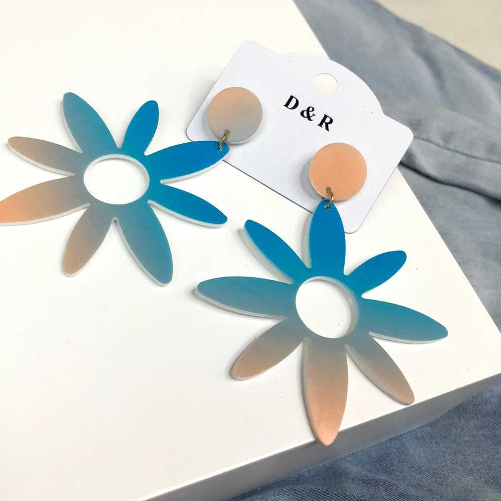 Brinco em acrilico flor tie dye azul e creme