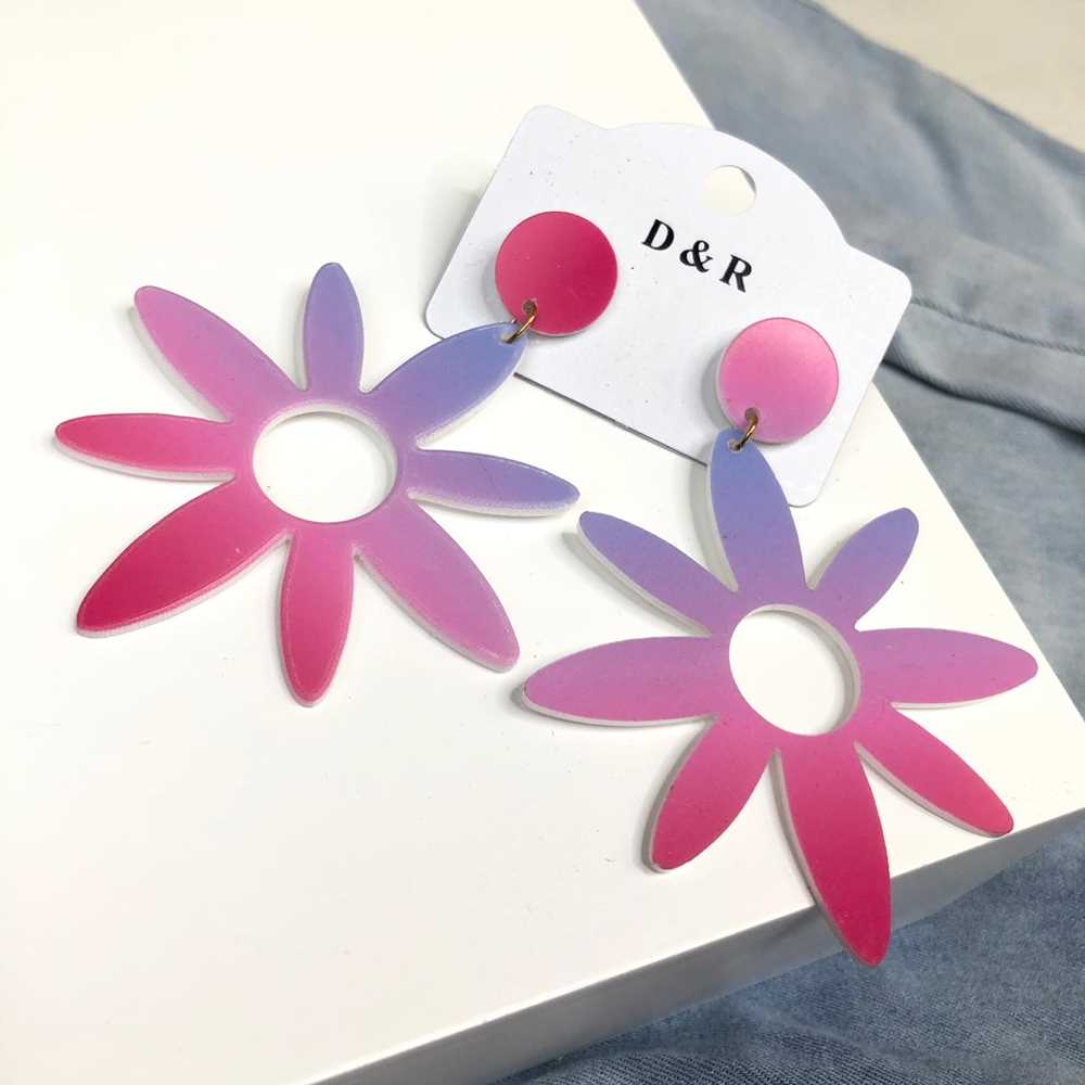 Brinco em acrilico flor tie dye rosa e lilás