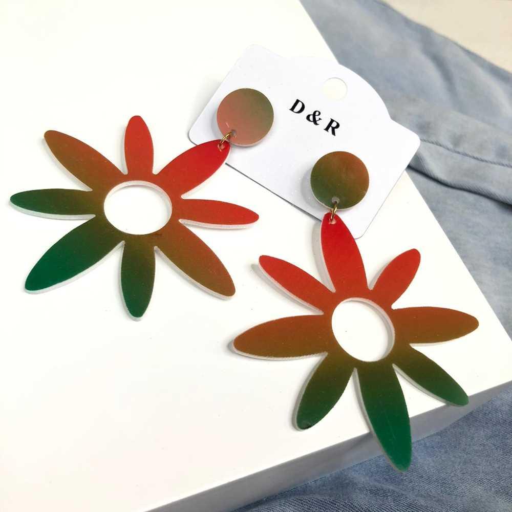 Brinco em acrilico flor tie dye vermelha e verde