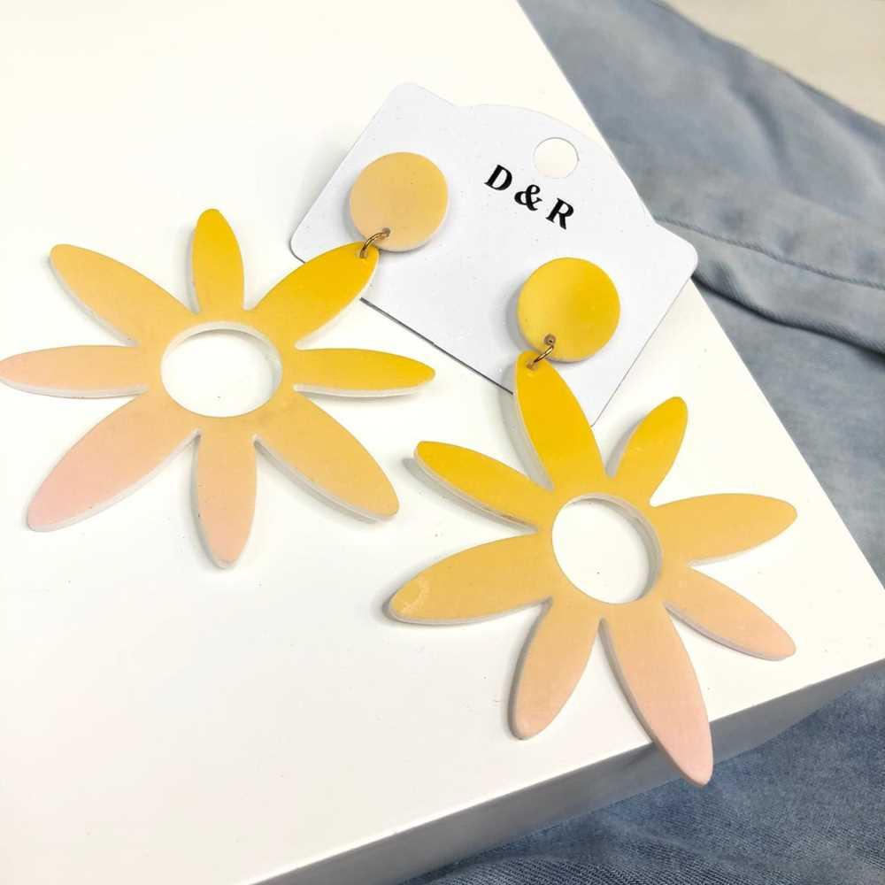 Brinco em acrilico flor tie dye amarela