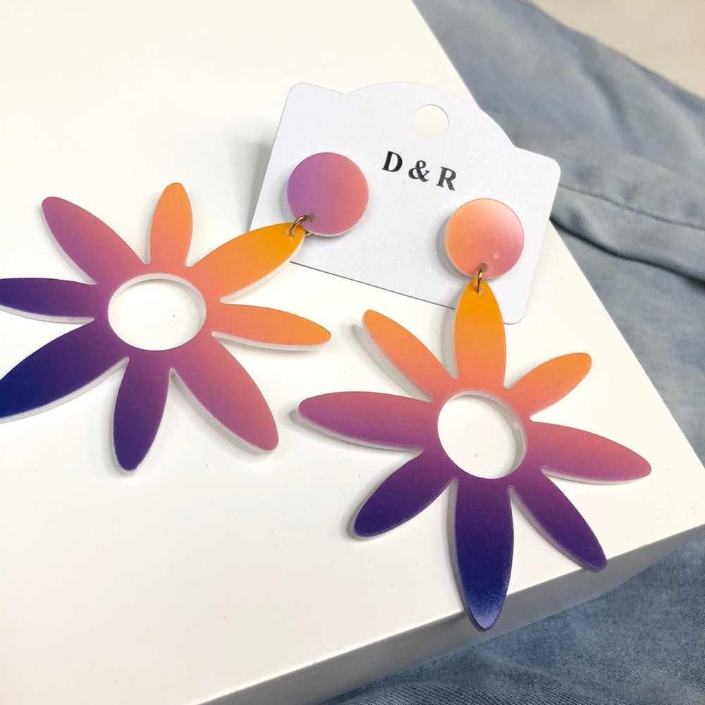 Brinco em acrilico flor tie dye coral e púrpura