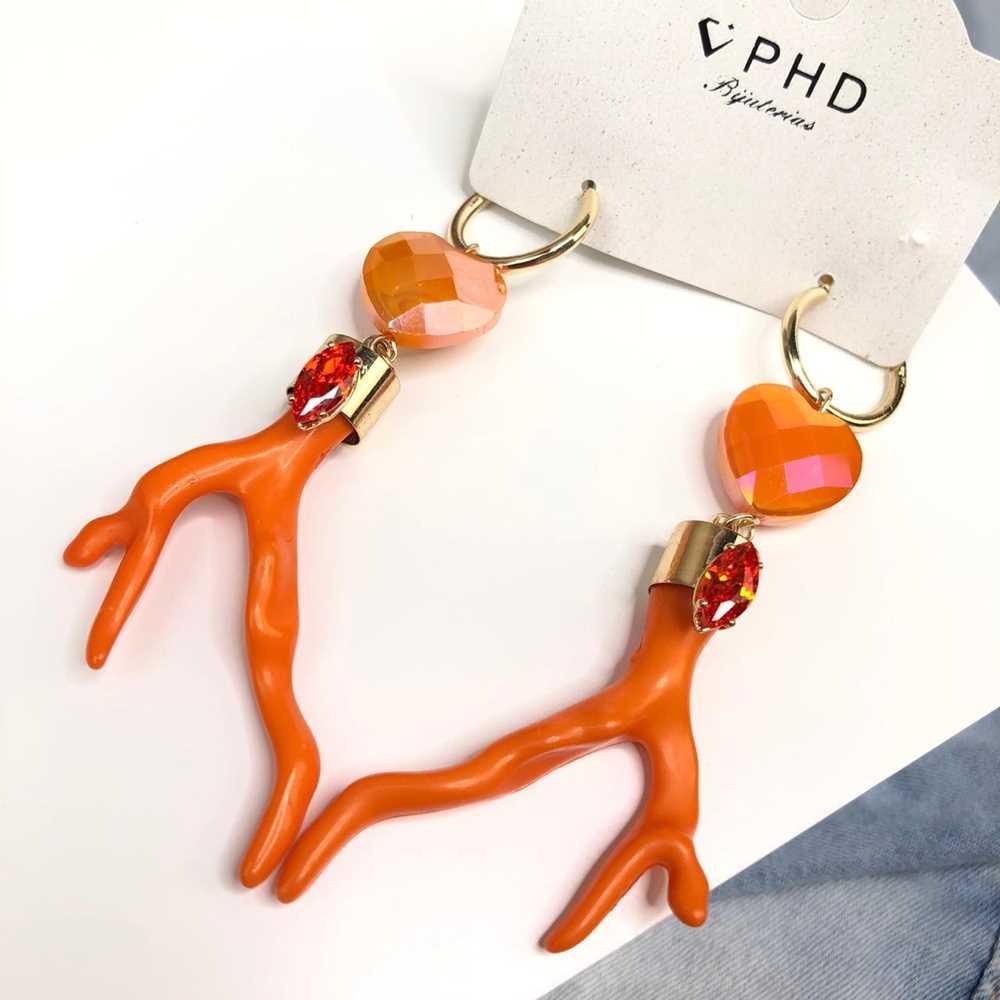 Brinco grande argolinha com pêndulo coração e coral em acrílico laranja
