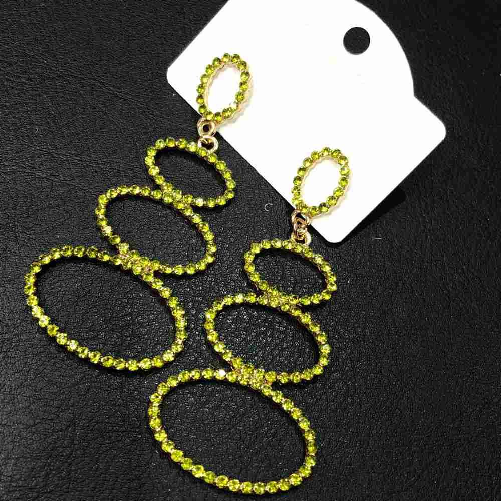 Brinco grande dourado aro oval vazado pedrarias strass verde lima