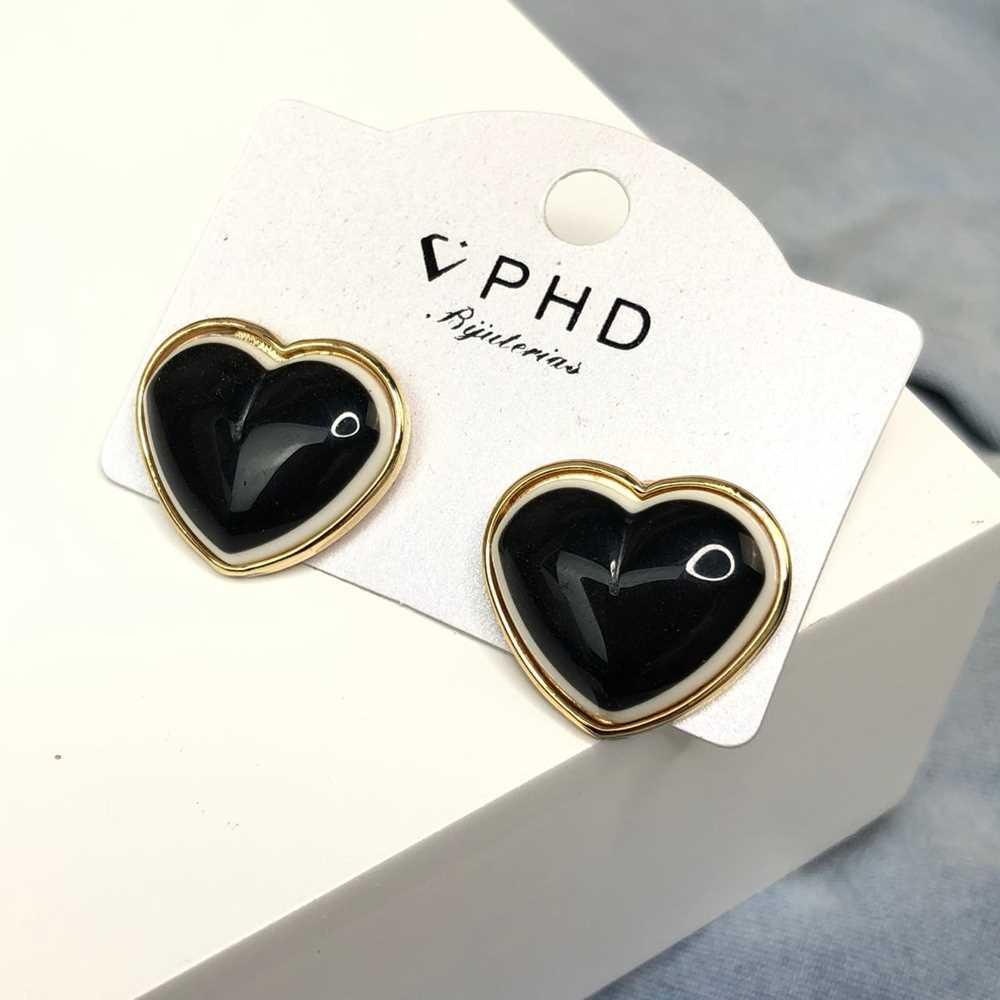 Brinco pequeno dourado coração esmaltado preto