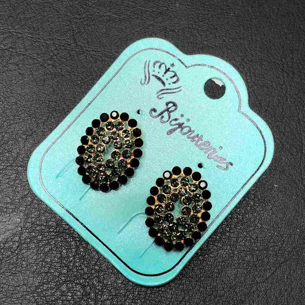 Brinco pequeno dourado ponteira oval com fenda strass preto e esmeralda