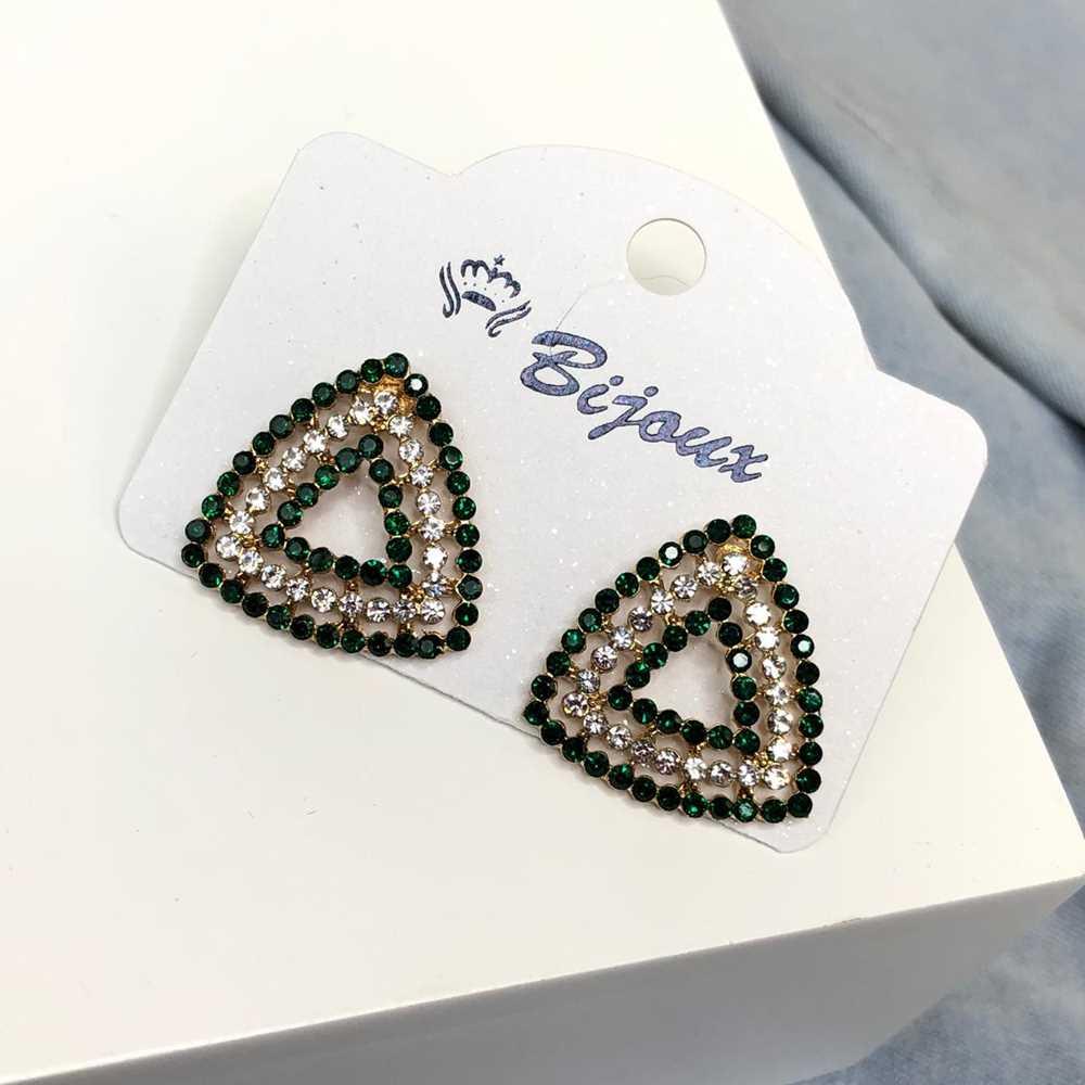 Brinco pequeno geométrico triângulo dourado strass verde e prata