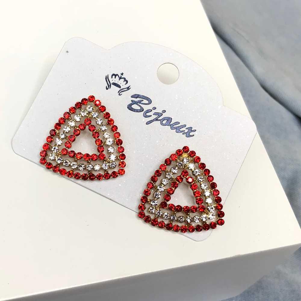 Brinco pequeno geométrico triângulo dourado strass vermelho e prata