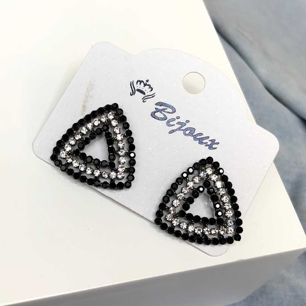 Brinco pequeno geométrico triângulo grafite strass preto e prata