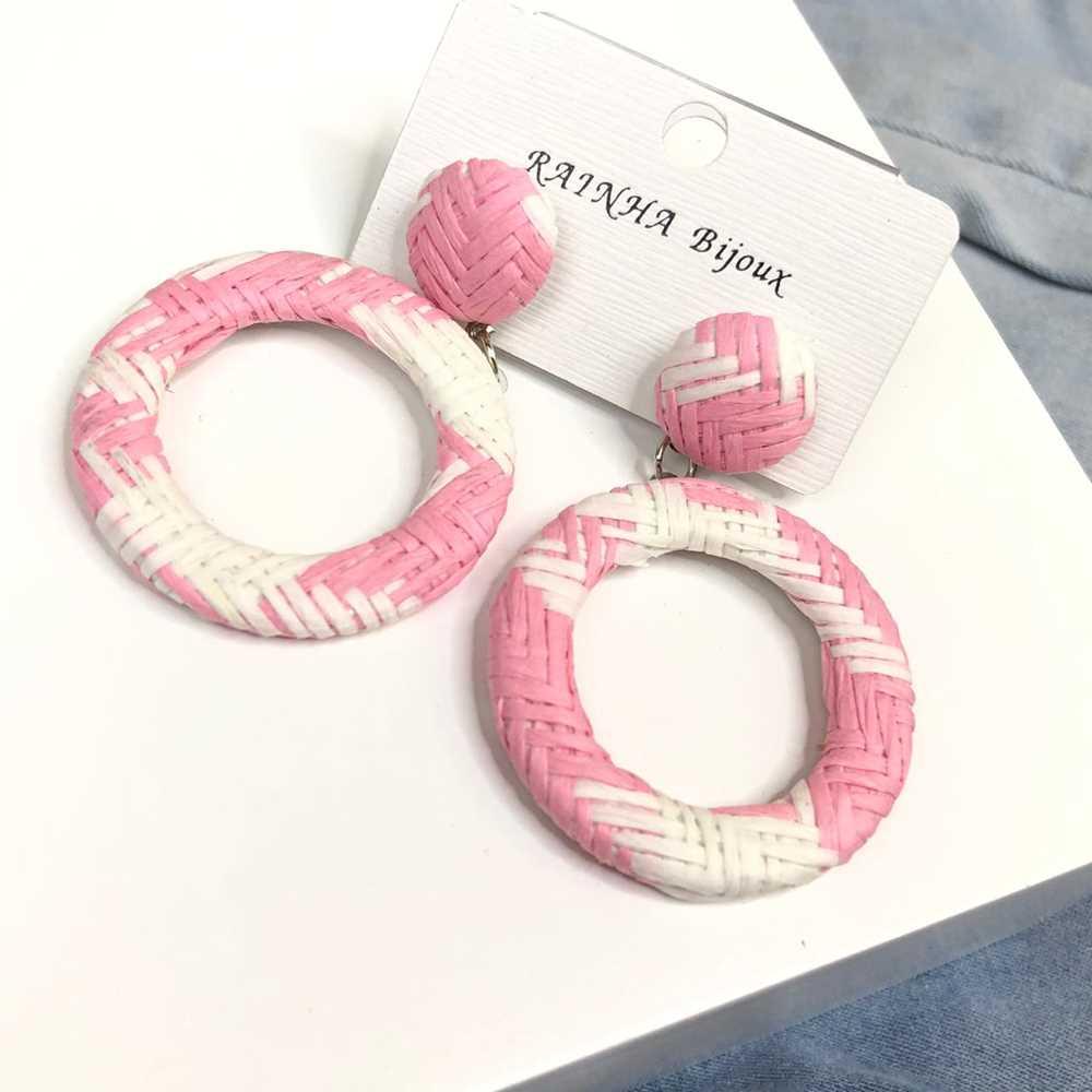 Brinco redondo aro vazado estilo palha branco e rosa bebê
