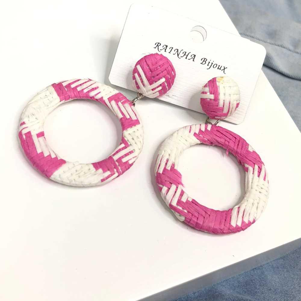 Brinco redondo aro vazado estilo palha branco e rosa pink