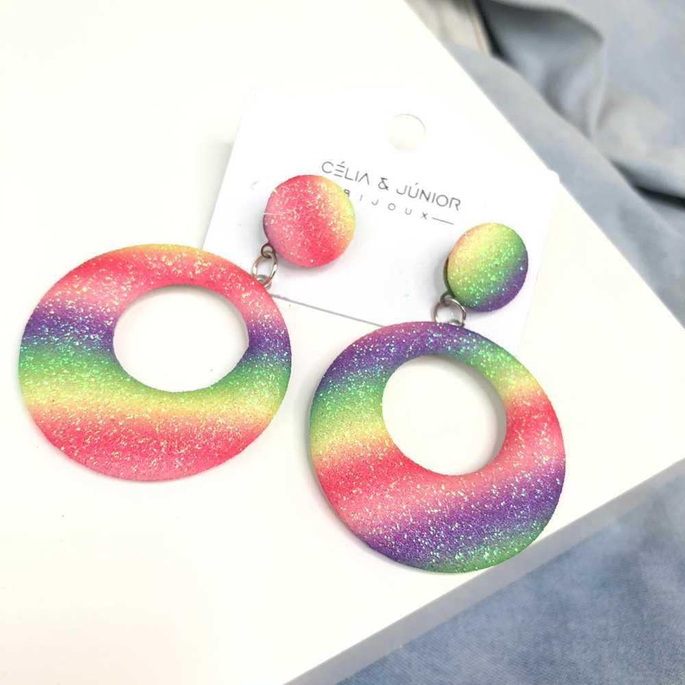 Brinco redondo aro vazado estilo tie dye glitter colorful