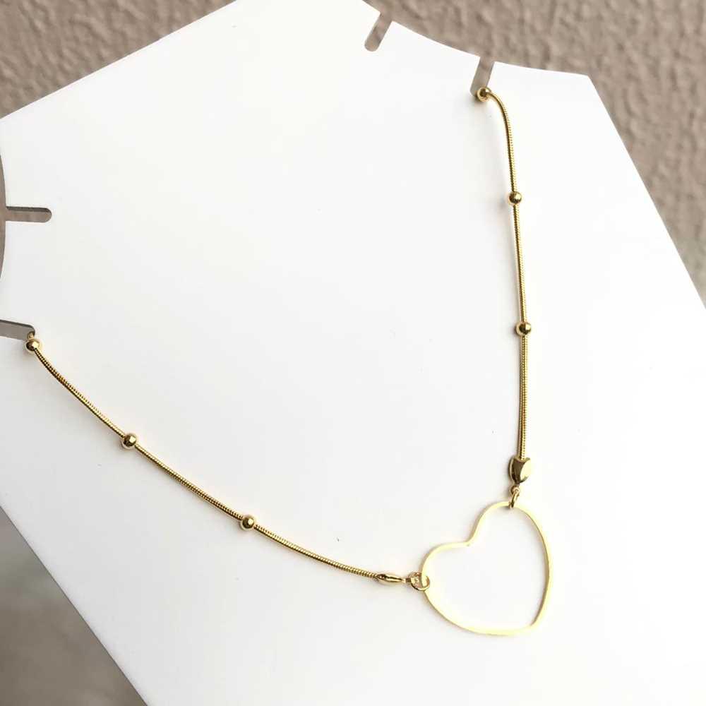 Colar choker folheado a ouro feminino corrente com esferinhas e pingente coração vazado