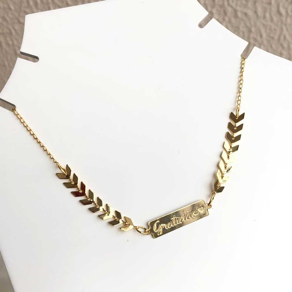 Colar choker folheado a ouro feminino escamas escaminhas plaquinha gratidão